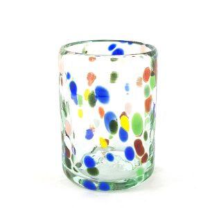 vaso de vidrio con puntos de colores