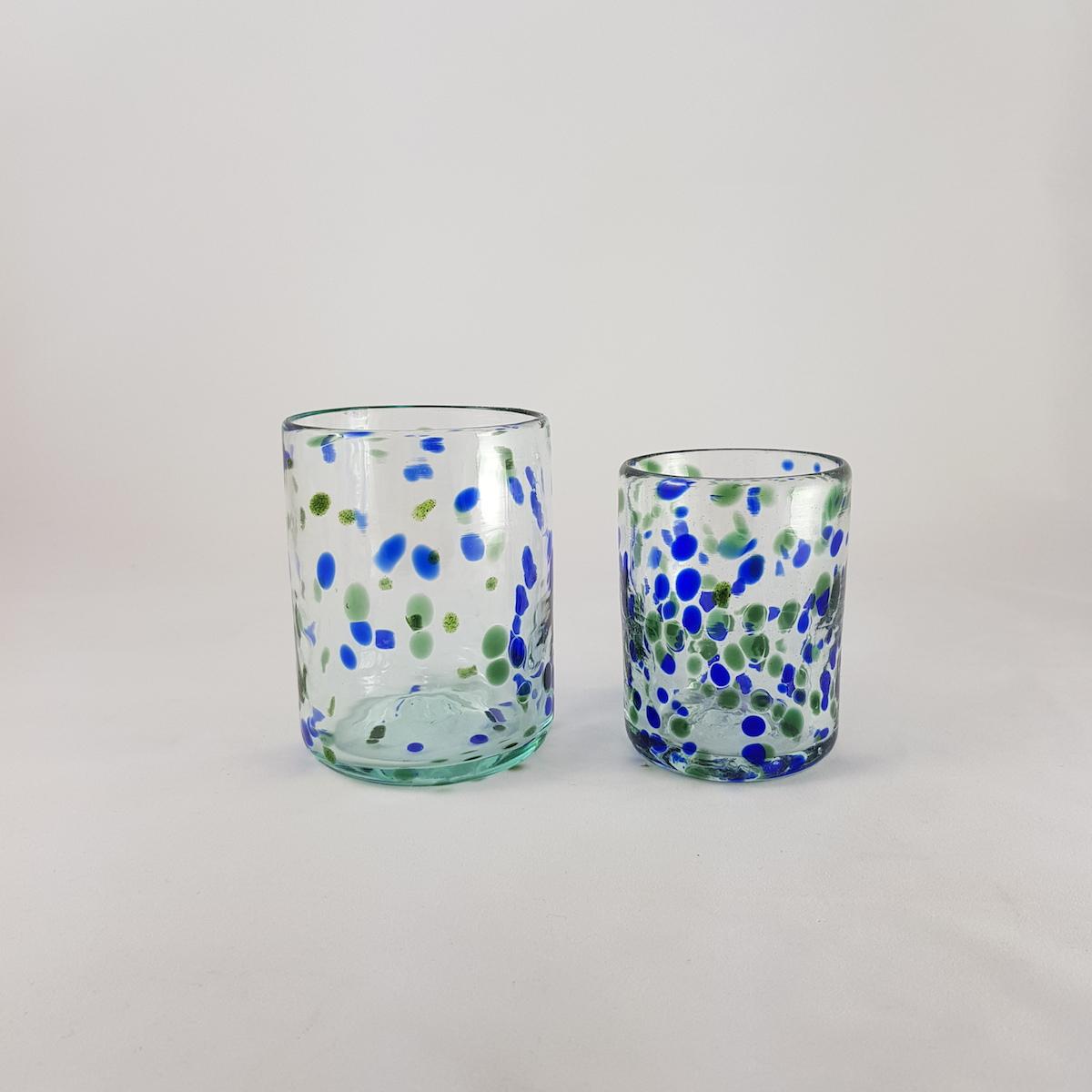 vasos de vidrio mar verde y azul