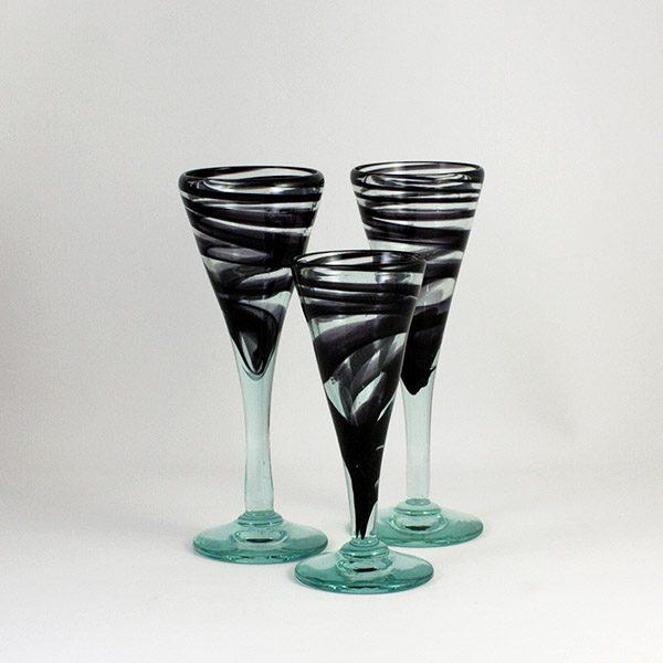 tres copas negras de vidrio transparente