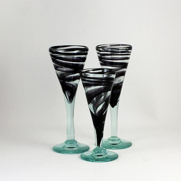 tres copas negras de vidrio transparente - Be Always Happy, Specially in Xmass